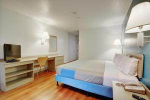 A bed or beds in a room at Motel 6-Newport, RI