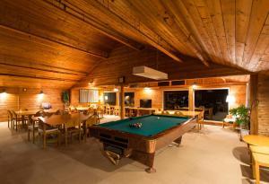 A pool table at Moiwa Lodge