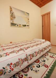 A bed or beds in a room at Raya Maisonette