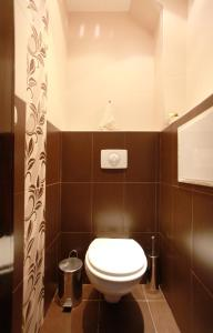 A bathroom at Raya Maisonette