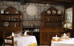 A restaurant or other place to eat at Hotel Pirineos