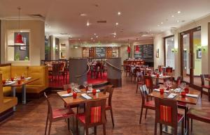 A restaurant or other place to eat at Northampton Marriott Hotel