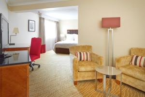 A seating area at Northampton Marriott Hotel