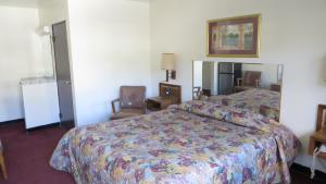 A bed or beds in a room at Eagle Rock Motel