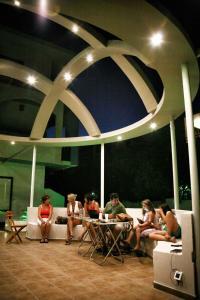 Ein Restaurant oder anderes Speiselokal in der Unterkunft Omiros