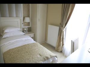 A bed or beds in a room at Hotel Villa Viktorija