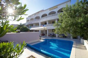 Der Swimmingpool an oder in der Nähe von Hotel Villa Daniela