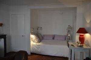 A bed or beds in a room at Les Tomettes Rouges