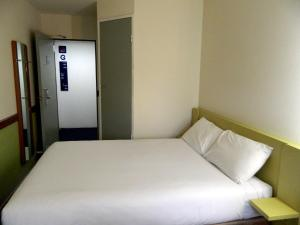 A bed or beds in a room at ibis Budget - Melbourne Airport