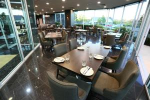 A restaurant or other place to eat at Springfield Lakes Boutique Hotel