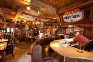 A restaurant or other place to eat at Hotel Moby Dick