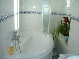 A bathroom at Le Jardin de Cécile et Benoit - Bed and Breakfast