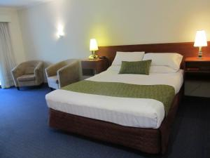 A bed or beds in a room at Meninya Palms Resort Moama