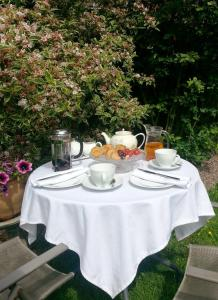 Breakfast options available to guests at Arden House