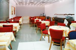 A restaurant or other place to eat at Olympik Artemis