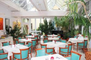 A restaurant or other place to eat at Altstadthotel Mosser