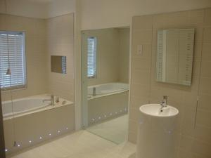 A bathroom at Munstone House