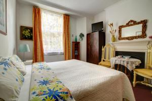 A bed or beds in a room at Dawson Place, Juliette's Bed and Breakfast