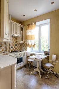 Кухня или мини-кухня в Апартаменты на улице 1-ая Дубровская