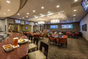 A restaurant or other place to eat at DoubleTree by Hilton Pittsburgh-Green Tree