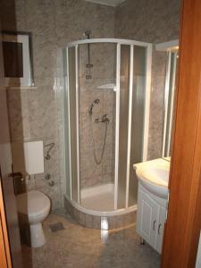 A bathroom at Apartments Dakrijus