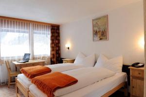 A bed or beds in a room at Hotel Schützen Lauterbrunnen