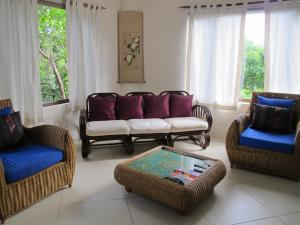 A seating area at Biancas Garden Apartment