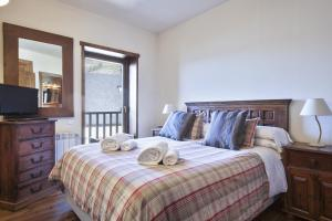 A bed or beds in a room at Baqueira Apartamentos Cota 1700