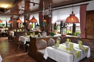 Ein Restaurant oder anderes Speiselokal in der Unterkunft Hotel Jägerklause