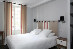 A bed or beds in a room at Hôtel Txoko