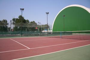 Facilități de tenis și/sau squash la sau în apropiere de Hotel Zytto by Razvan Rat