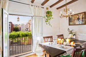 Un restaurante o sitio para comer en Apartment Eixample Comfort