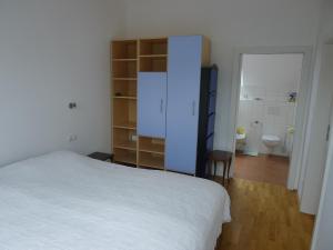 A bed or beds in a room at Riedenburg - ruhig und zentrumsnah