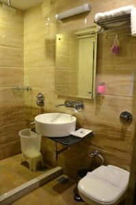 A bathroom at Hotel Royal Park 22