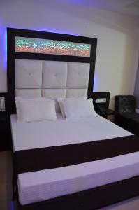 A bed or beds in a room at Hotel Royal Park 22