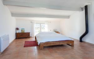 A bed or beds in a room at Maison du Couchadou
