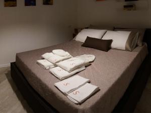 Letto o letti in una camera di Les Suites di Parma - Luxury Apartments