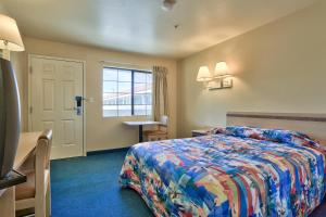 A bed or beds in a room at Motel 6-Kingman, AZ - Route 66 East