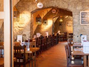 Ein Restaurant oder anderes Speiselokal in der Unterkunft Hotel Brauerei Frohsinn