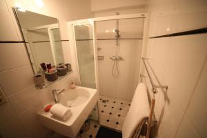 A bathroom at B&B de singel