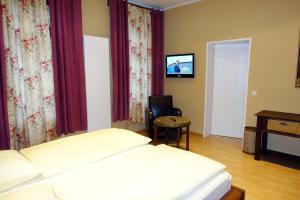 A bed or beds in a room at Südbrücke Köln