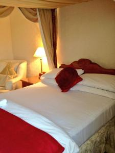 A bed or beds in a room at Shrewsbury Lodge