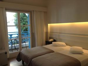 Cama o camas de una habitación en Kamari Beach Hotel