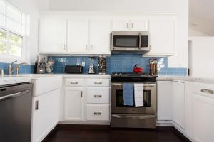 A kitchen or kitchenette at Tourmaline House