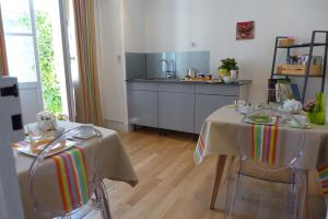 A restaurant or other place to eat at Les Versaillaises B&B