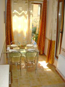 A restaurant or other place to eat at Apartment on Pushkinskaya 16
