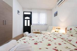 A bed or beds in a room at Apartments Tomic