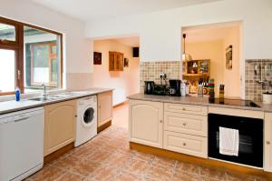 A kitchen or kitchenette at Shannonview Self Catering