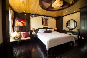 A bed or beds in a room at Dragon Legend Cruise