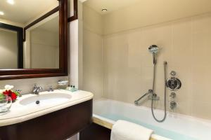 A bathroom at Hotel Barsey by Warwick